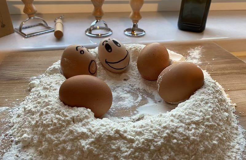 Braune Eier in Mehlmulde